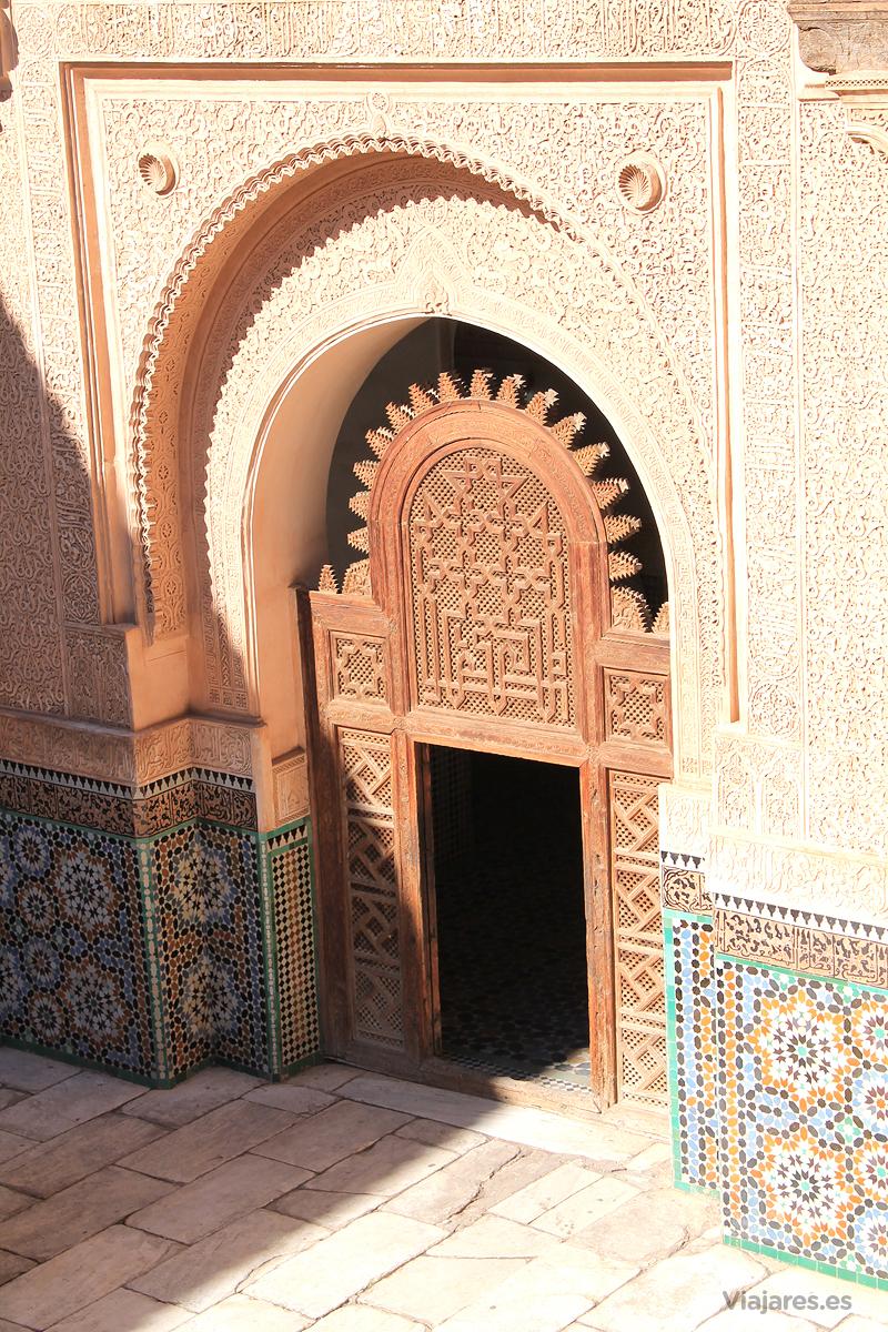 Puerta de acceso al patio central de la Madraza de Ben Youssef