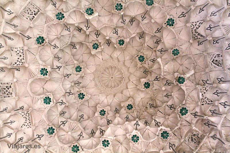 Detalle del techo y motivos decorativos en la madraza de Ben Youssef