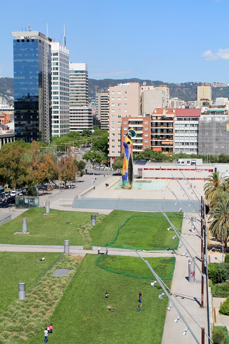 Parque de Joan Miró, con su escultura al fondo