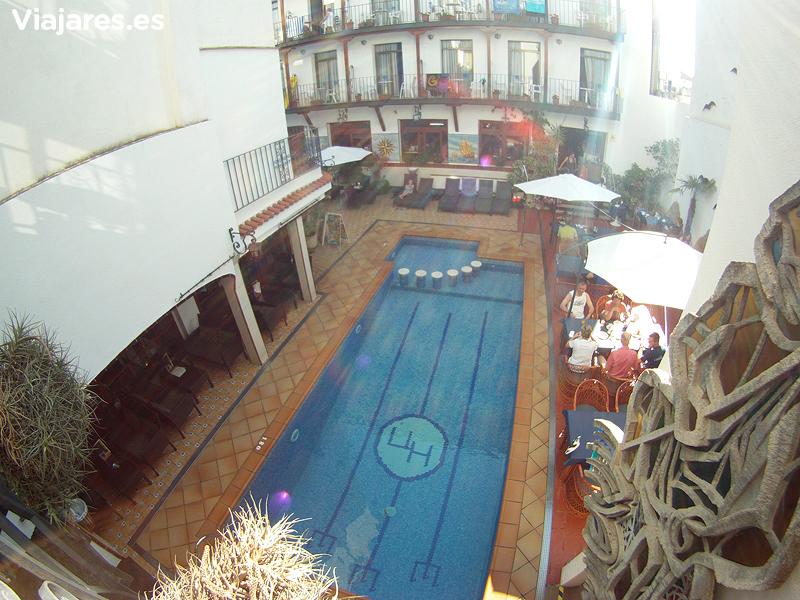 Una de las dos piscinas en el Hotel Neptuno