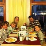 La familia al completo comiendo en el hotel