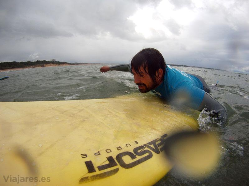 Remando para coger las olas del Cantábrico
