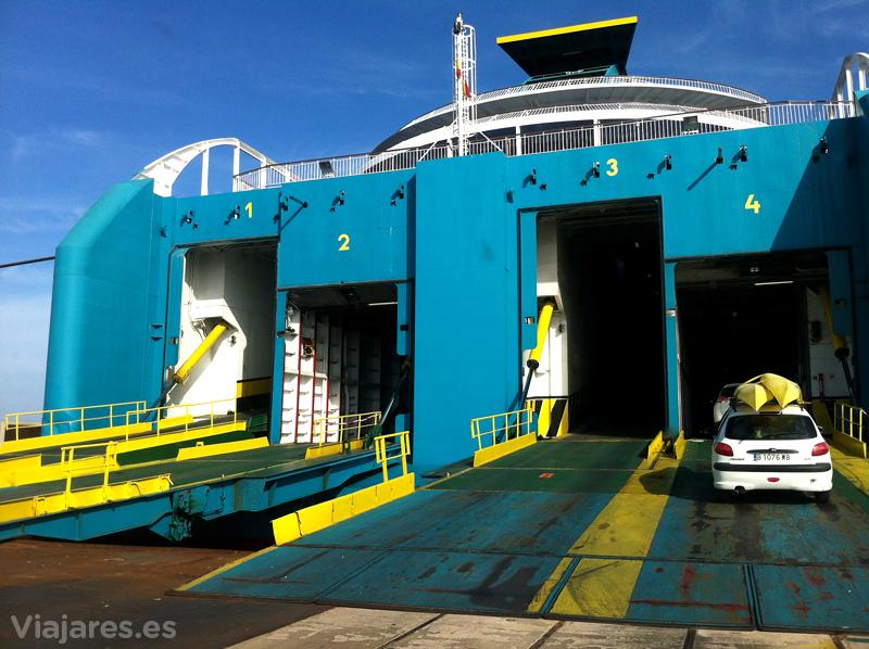 Carga de coches en el ferry de Baleària