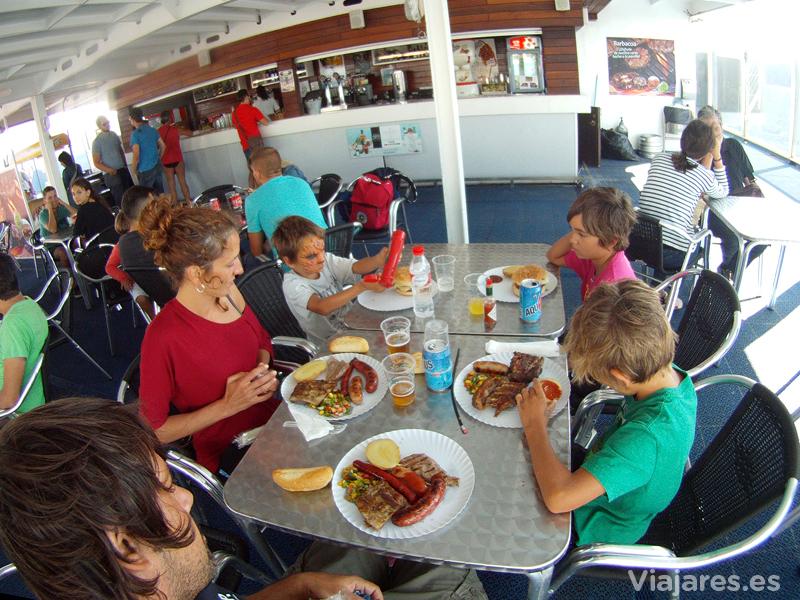 Comida tipo barbacoa en la cubierta del barco