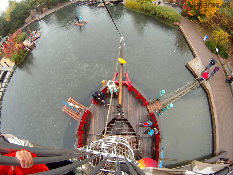 ¡Desde lo alto del palo mayor de la nave pirata!