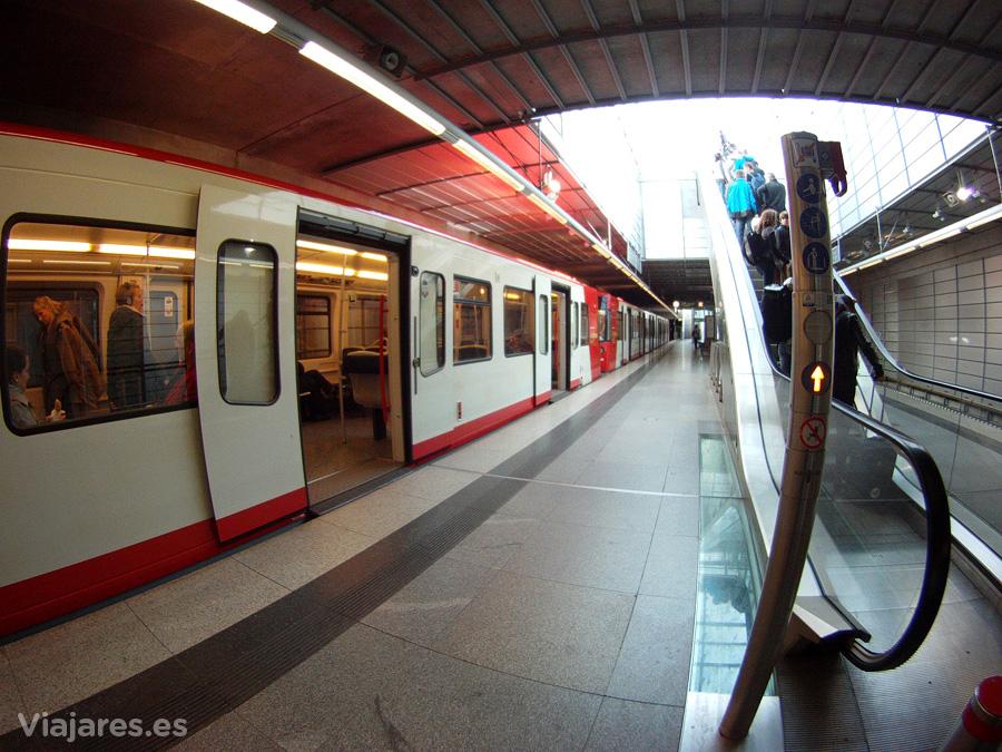 Línea U2 del metro U-Bahn que lleva al aeropuerto
