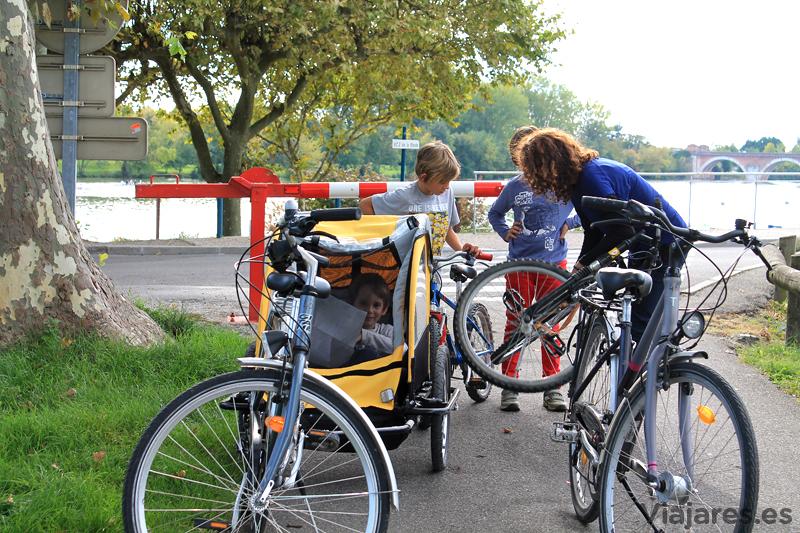 Preparativos para iniciar un paseo en bicicleta toda la familia