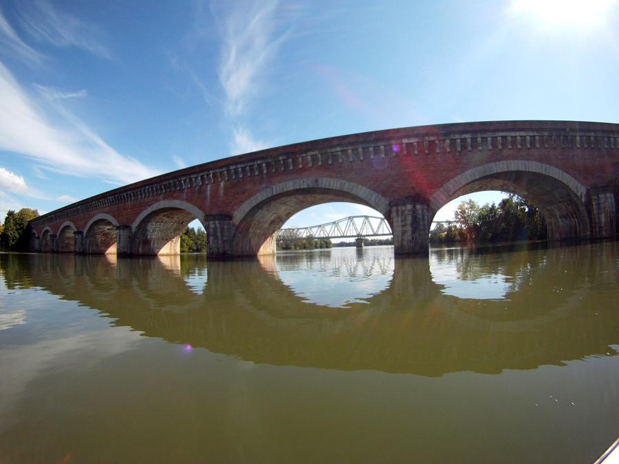 Las aguas del Canal de los dos mares cruzan por un acueoducto encima del río Tarn