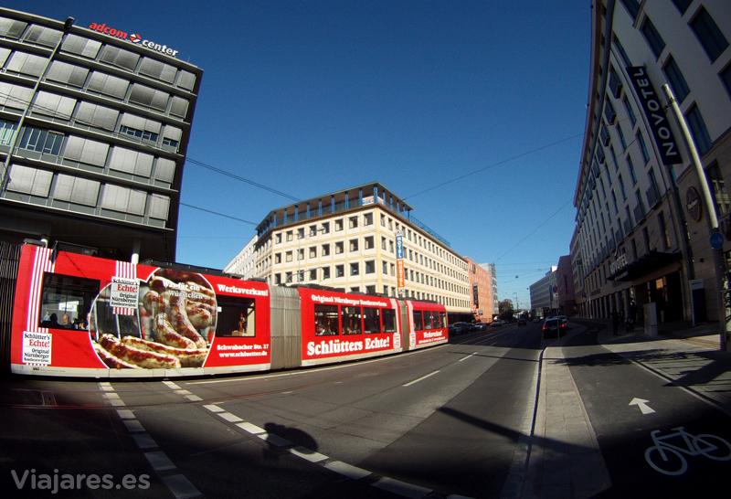 Tranvía circulando por la ciudad de Núremberg