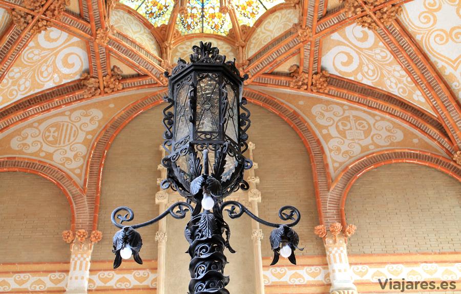 Lámpara en la escalinata que lleva a la parte de administración