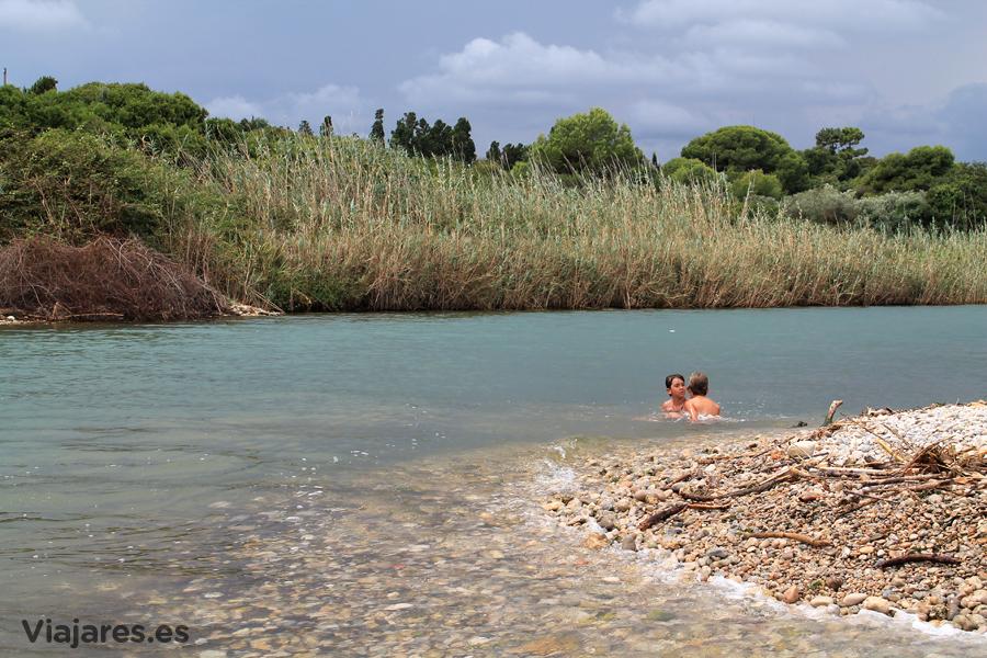 Baño en la frontera de las aguas del río y el mar Mediterráneo