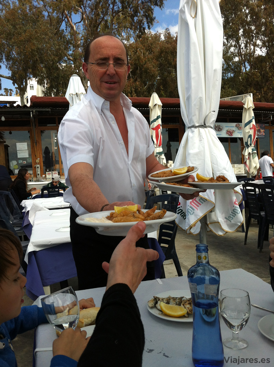 Los camareros pregonan sus platos y si lo quieres levanta la mano