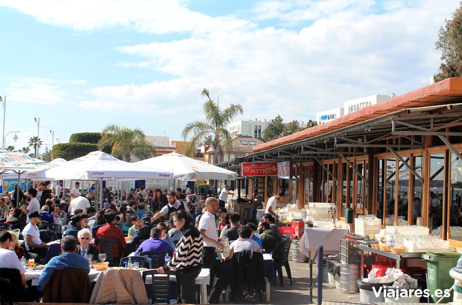 Mesas en el exterior del restaurante El Tintero de Málaga
