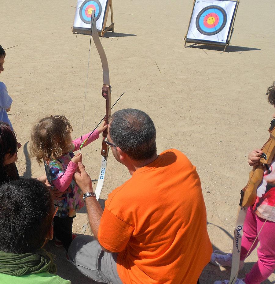 La peque de la familia probando suerte con el arco y las flechas