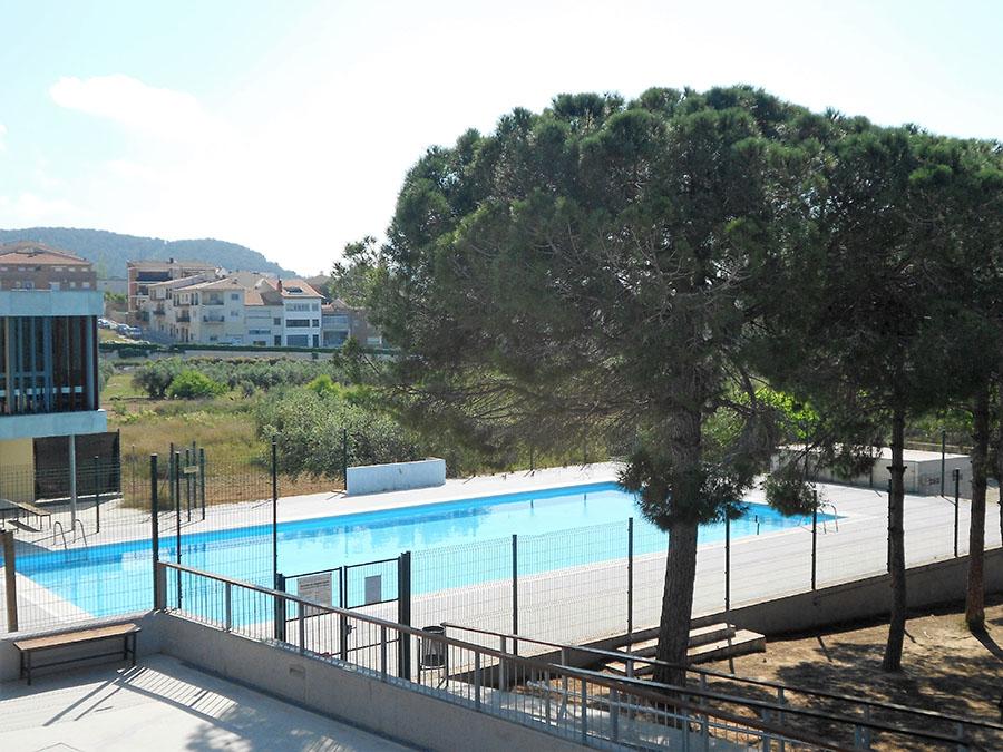 Vistas a la impresionante piscina de la Casa de Colònies Artur Martorell de Calafell.