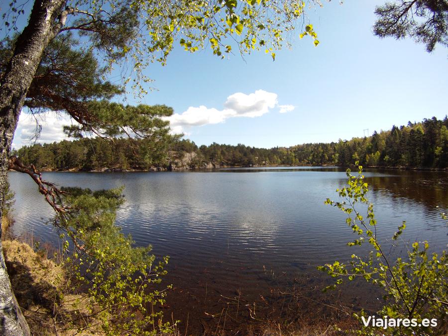 Uno de los múltiples lagos que rodean Kristiansand, Noruega