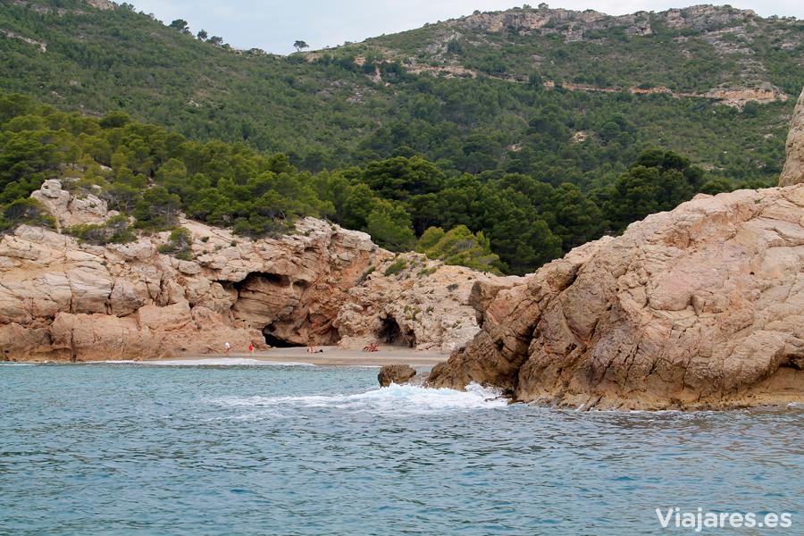 Mar y montaña se encuentran en la playa del Torn