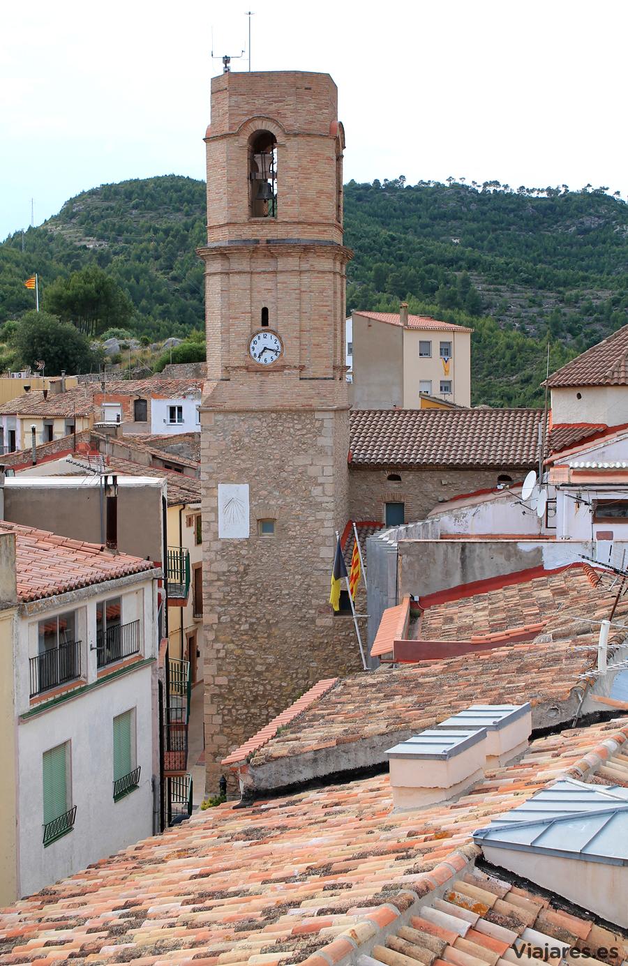 Campanario y tejados del pueblo de Vandellòs