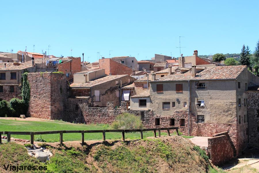 Parte de las murallas de Prades, con su color rojo característico