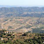 La ermita de la Mare de Déu de Montsant desde la Roca Corbatera
