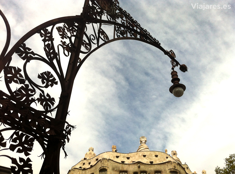 Farola del Paseo de Gracia y la Pedrera de Gaudí