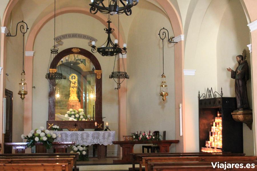 Interior de la Ermita de la Mare de Déu de la Roca