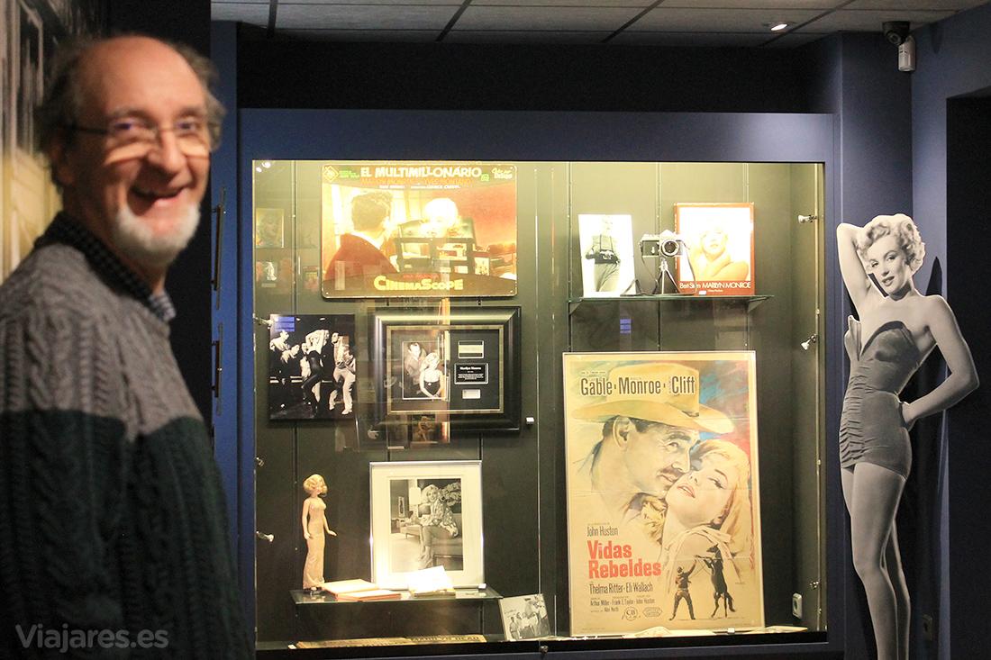 Frederic Cabanas posando en su colección de Marilyn Monroe