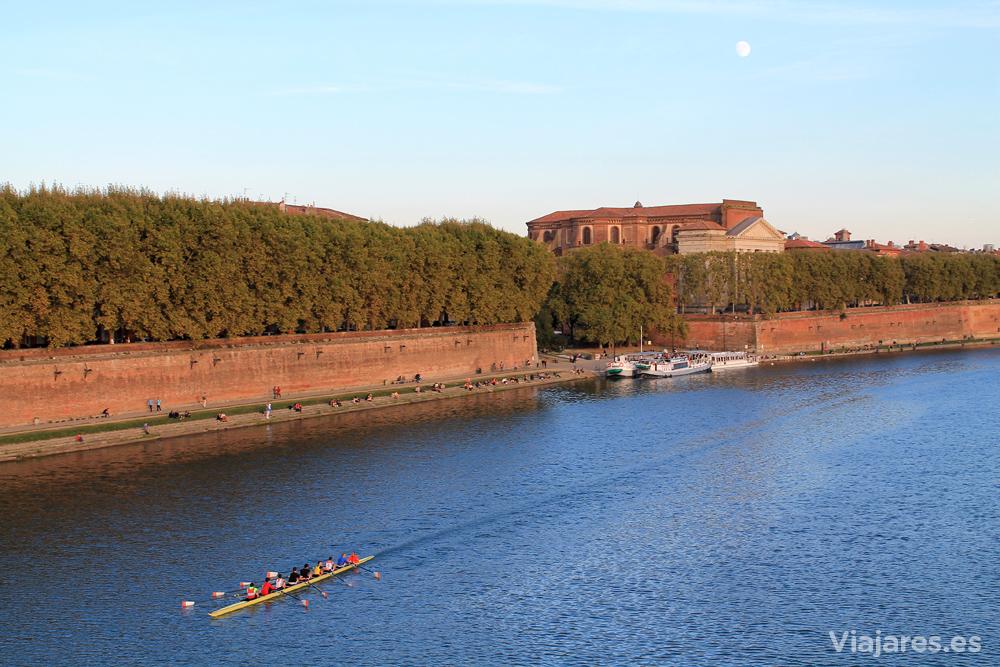 El río Garona atraviesa la ciudad de Toulouse