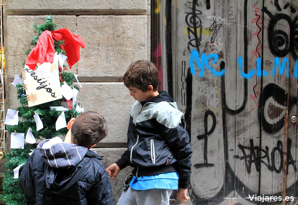 Árbol lleno de deseos en la calle Banys Nous de Barcelona