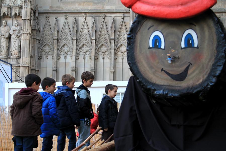 Caga Tió de tamaño colosal en la Catedral de Barcelona
