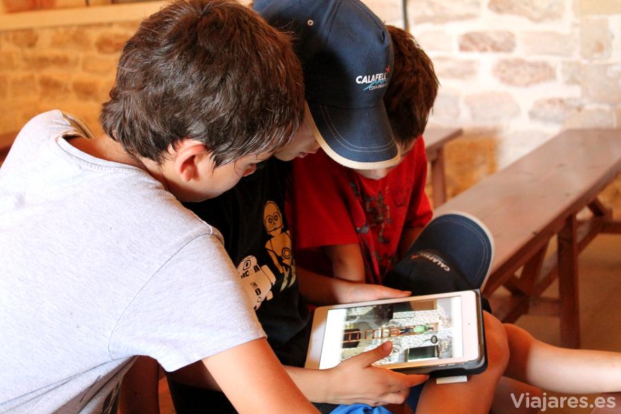 Los niños con la aplicación que informa sobre el monumento