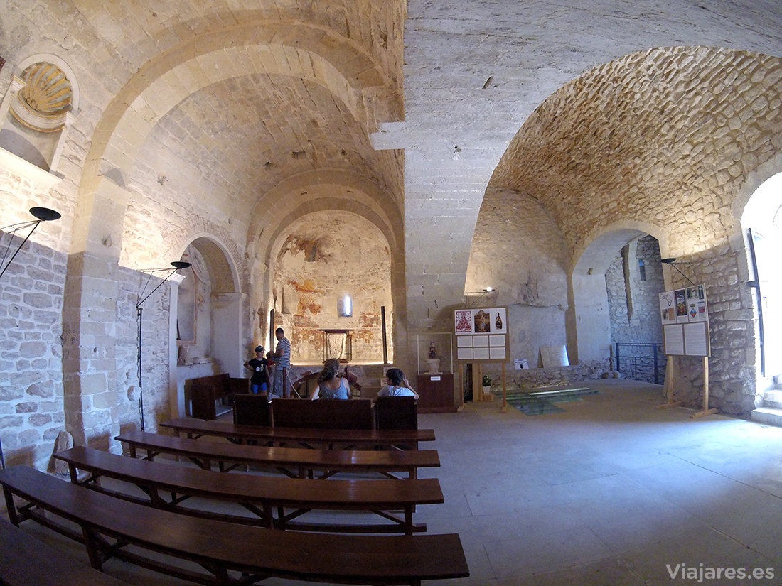Interior de la iglesia románica