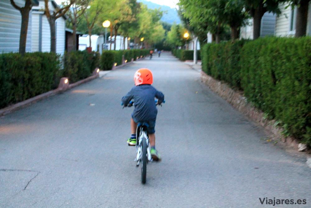 Disfrutando con las bicis del camping