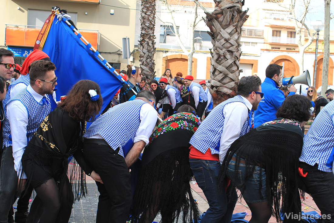 Cada comparsa interpreta sus coreografías y bailes por las calles