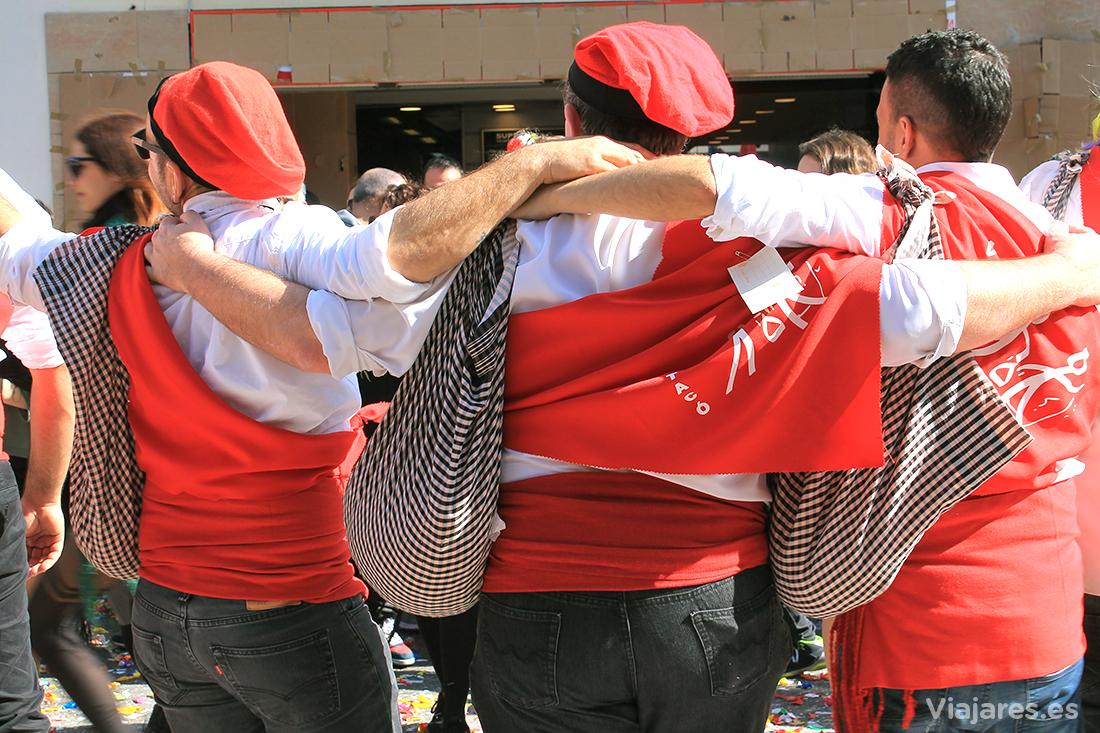 Miembros masculinos de una comparsa en plena juerga