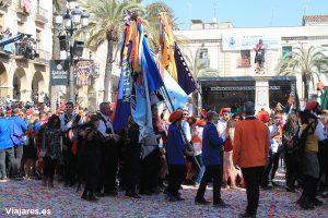 Banderas de las comparsas en la Plaça de la Vila