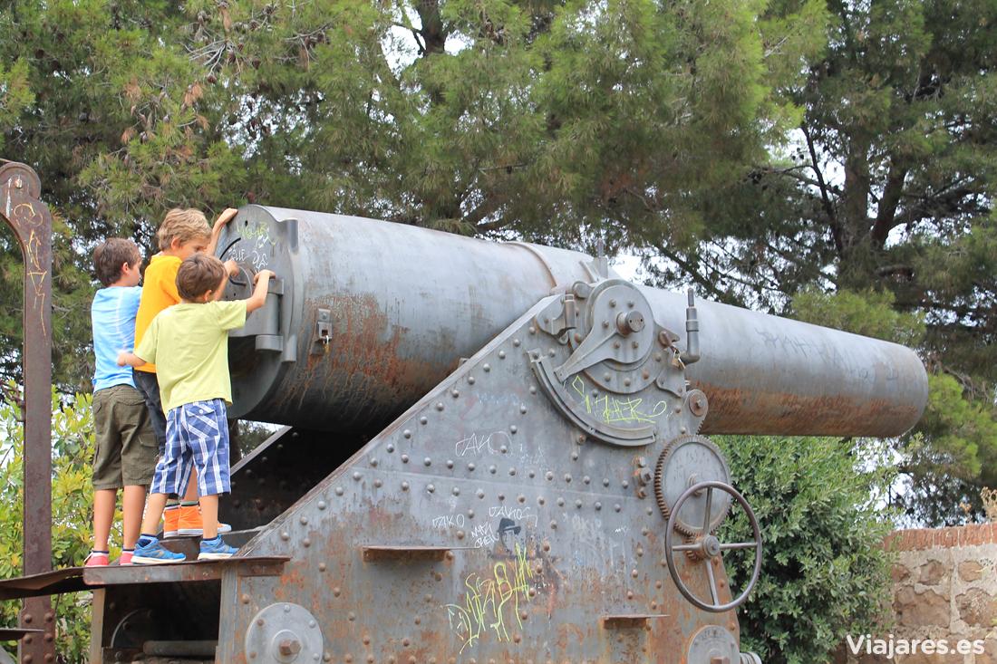 Uno de los inmensos cañones que rodean la fortaleza