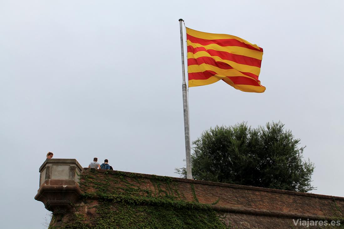 Bandera catalana en las murallas del castillo