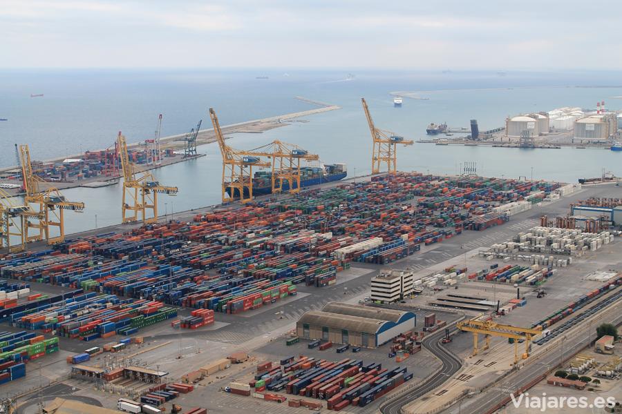Muelles repletos de contenedores en el Puerto de Barcelona