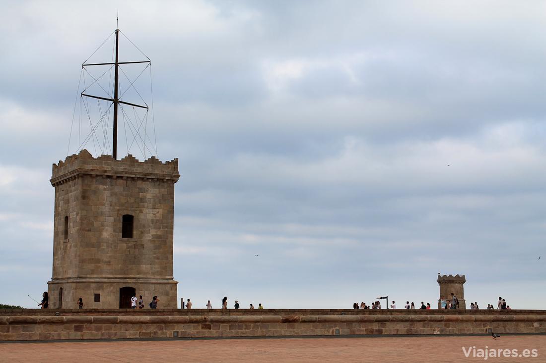 La terraza del castillo está presidida por la torre de vigía