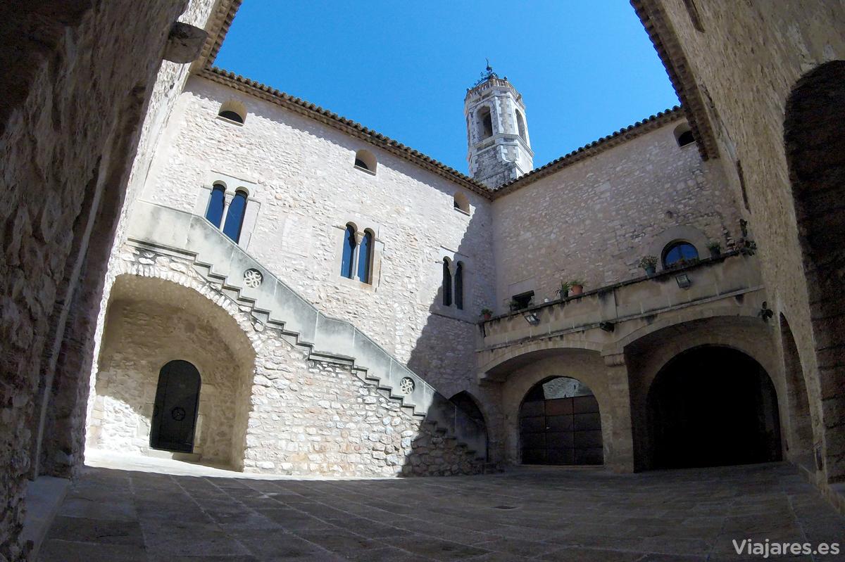 Castillo de la Geltrú y asomando la torre de Santa Maria de la Geltrú
