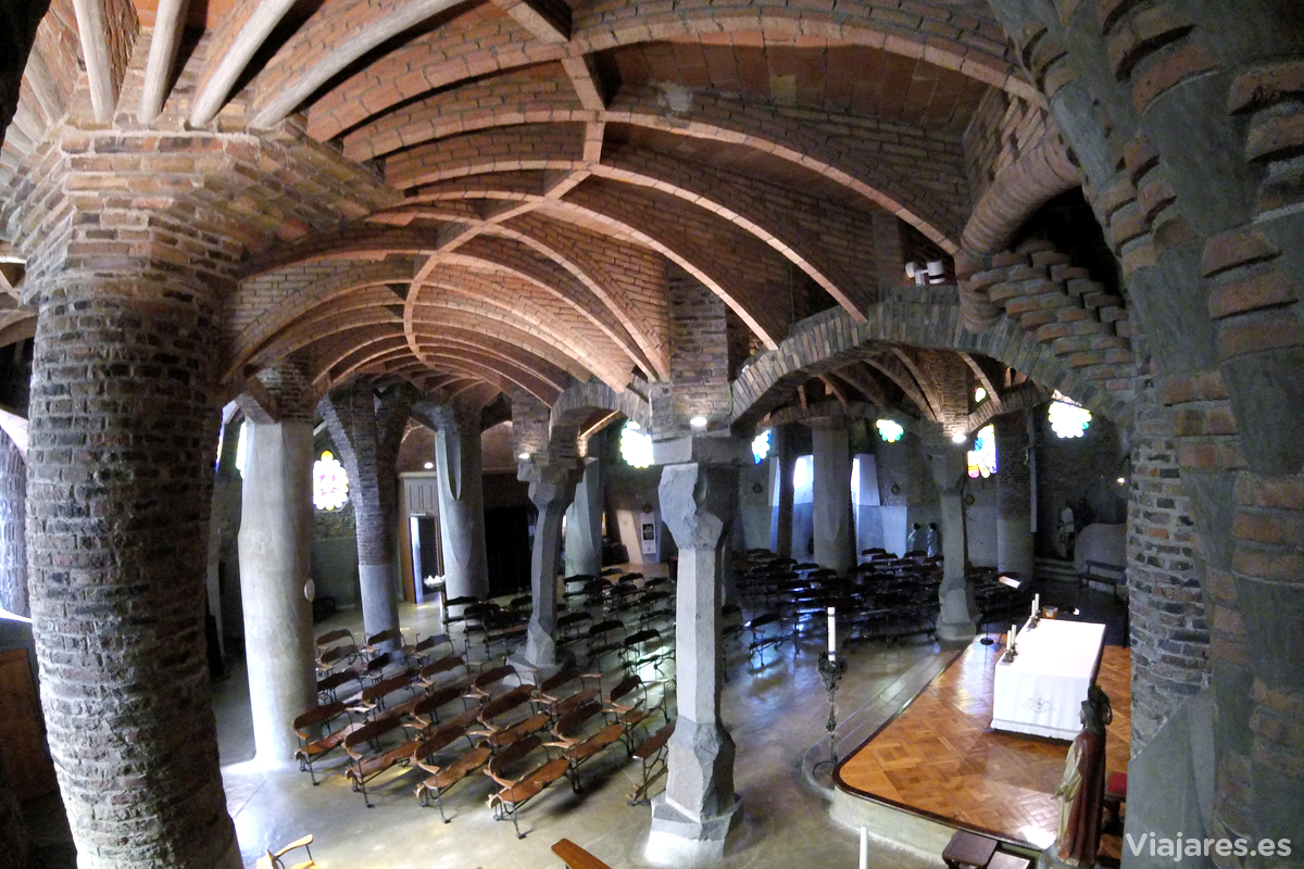 Interior de la Cripta de Antonio Gaudí