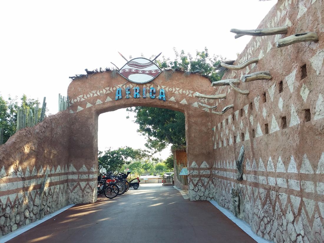 Puerta de acceso a la zona África del Camping Sangulí