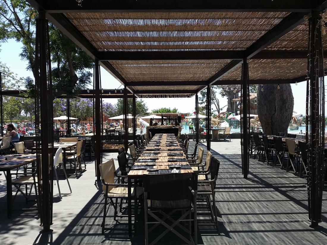 Mesas protegidas del sol en restaurante Victoria del camping