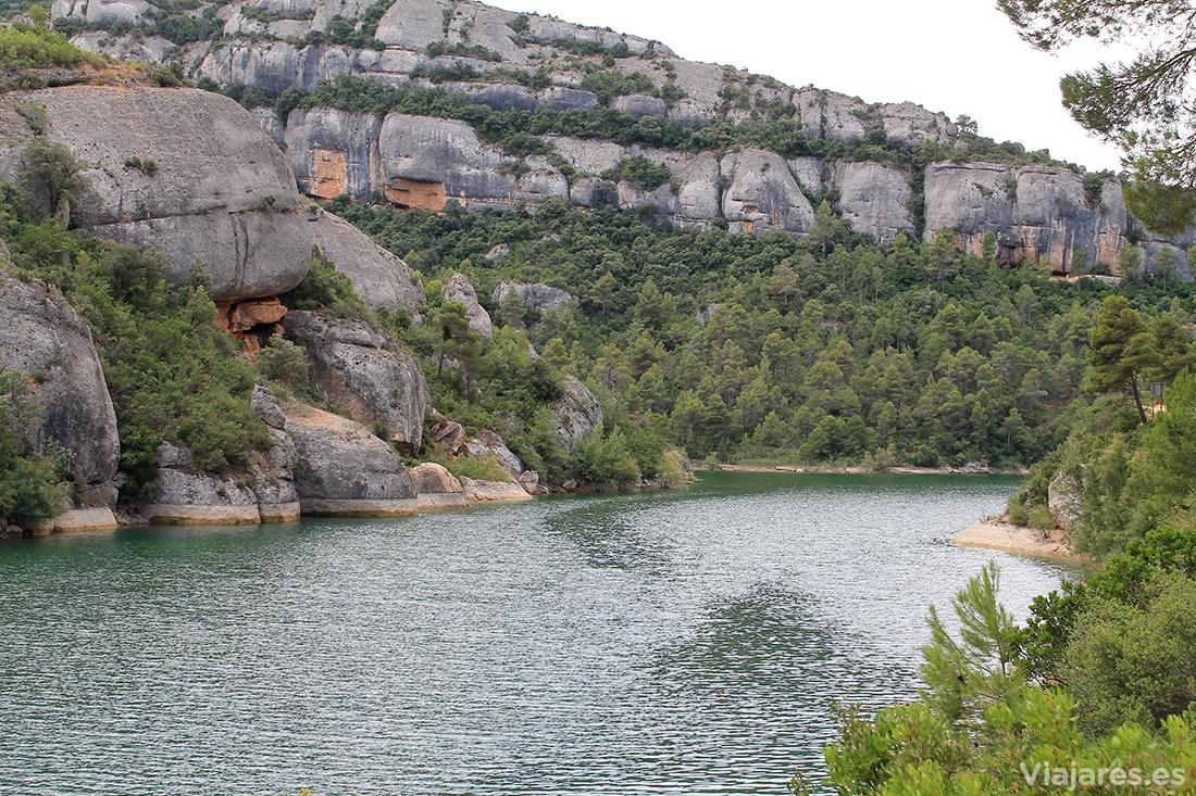 Paisaje de rocas y vegetación en Margalef