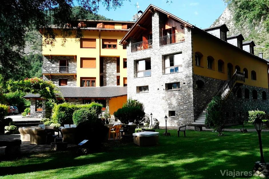 El Hotel Castellarnau tiene mucho espacio exterior y una estupenda terraza