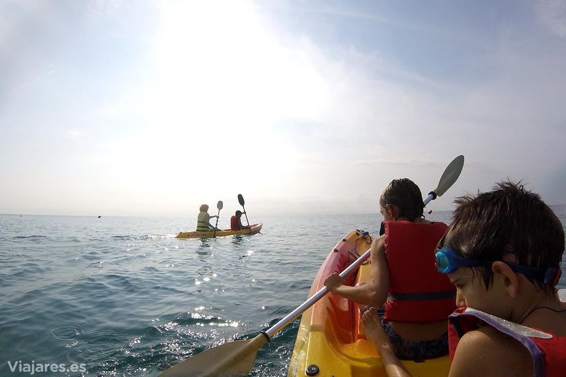 Practicando kayak de mar delante de la costa de Santa Susanna