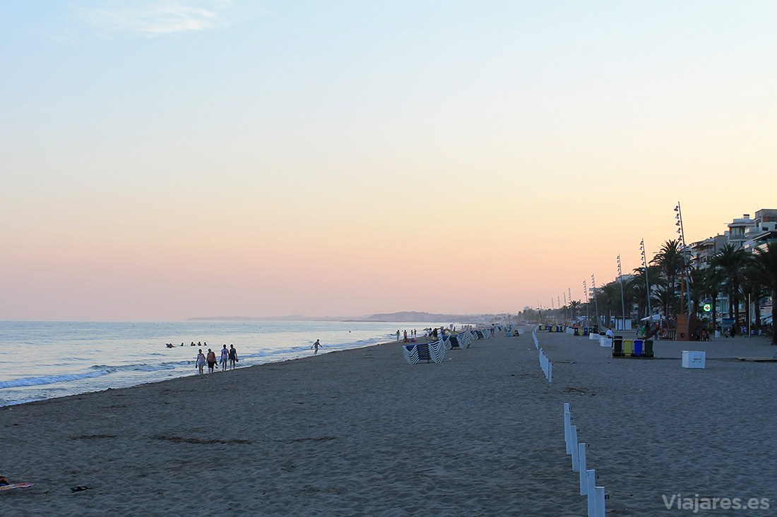 Un paseo por la playa de Calafell al caer la tarde