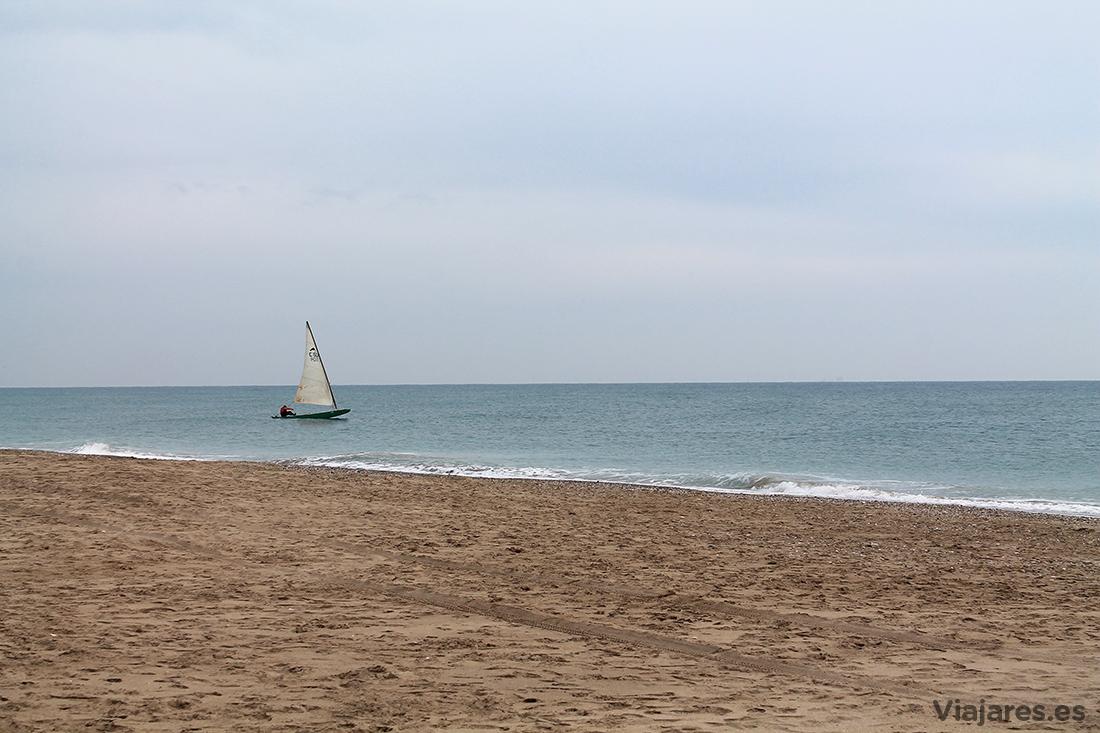 Navegante solitario en la Playa de El Prat