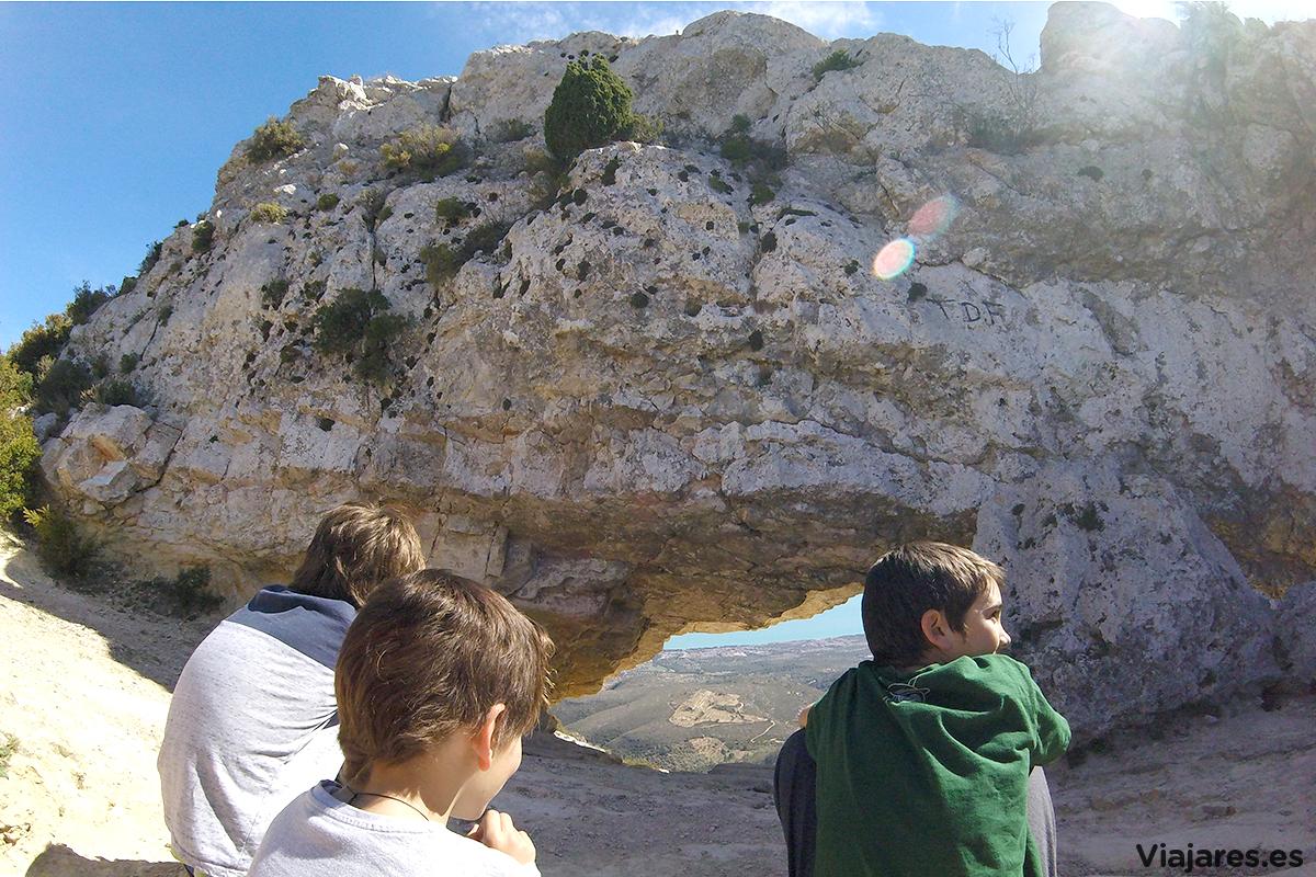 Hermanos contemplando el panorama desde La Foradad